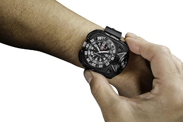 Часы тактические SureFire 2211 Luminox Rechargeable Variable Output LED Wrist Light & Watch